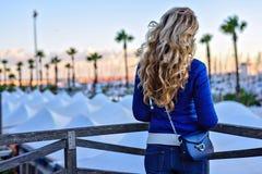 Dziewczyna w Barcelona porcie przy zmierzchem Rocznika miasta portret młoda elegancka blondynki kobieta ma zabawę, podróżuje samo Zdjęcie Stock