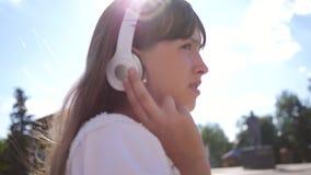 Dziewczyna w białej sukni z długie włosy podróżami wokoło miasta swobodny ruch Dziewczyna chodzi wzdłuż miasto ulicy z zbiory wideo