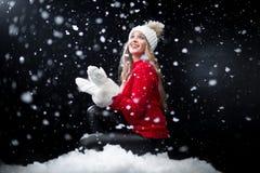 Dziewczyna w białym kapeluszowym patrzeje śniegu fotografia royalty free