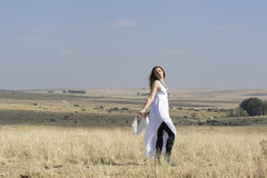 Dziewczyna w białym trwanie outside w polu Zdjęcie Stock