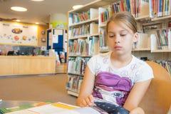 Dziewczyna w bibliotece Obrazy Royalty Free