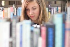 Dziewczyna w Bibliotece zdjęcie stock