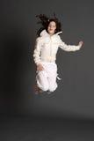 Dziewczyna w biel sukni doskakiwaniu obrazy royalty free