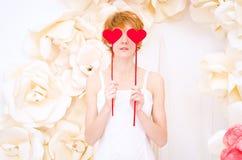 Dziewczyna w biel sukni z czerwonym sercem w rękach Zdjęcie Stock