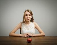 Dziewczyna w bielu i jabłku Fotografia Stock