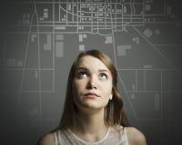 Dziewczyna w bielu i miasto mapie. Obraz Stock