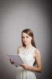 Dziewczyna w bielu. Koncentracja. Fotografia Royalty Free