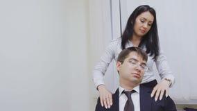 Dziewczyna w biurowy robić masuje jej szefa zbiory