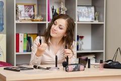 Dziewczyna w biurze wybiera kosmetycznego tusz do rzęs Obraz Stock