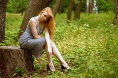 Dziewczyna w biznesowej sukni chodzi przy porą lunchu w parku Zdjęcie Stock