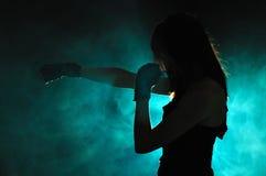Dziewczyna w boks pozie Zdjęcie Royalty Free