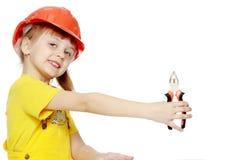 Dziewczyna w budowa hełma zerknięciach out od billboardu za Zdjęcie Stock