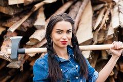 Dziewczyna w cajgu odzieżowym ax w ręce Zdjęcie Royalty Free