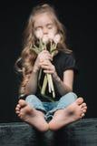 Dziewczyna wącha tulipanu bukiet na czerni Zdjęcie Stock