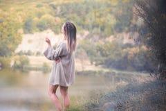 Dziewczyna w ciepłym pulowerze przeciw tłu natura Obrazy Royalty Free
