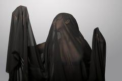 Dziewczyna w czarnej przejrzystej przesłonie na twarzy Konceptualny portret w studiu zdjęcia royalty free
