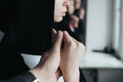 Dziewczyna w czarnej sukni z zamkniętym kątem Obraz Royalty Free