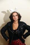 Dziewczyna w czarnych skórzanych kurtkach z papierosem i. Zdjęcie Royalty Free