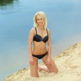 Dziewczyna w czarnym bikini na plaży Zdjęcia Stock