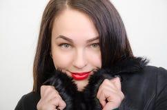 Dziewczyna w czarnym futerkowym żakiecie Fotografia Stock