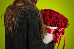 Dziewczyna w czarnym kurtki mieniu w ręka prezenta bogatym bukiecie 21 czerwień Obrazy Royalty Free