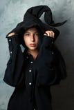 Dziewczyna w czarownica kostiumu spojrzeniach tajemniczo zdjęcie royalty free