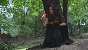 Dziewczyna w czarownicy ` s inicjuje zdjęcie wideo