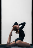 Dziewczyna w czerń wierzchołku angażuje w joga Obraz Royalty Free