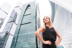 Dziewczyna w czerni sukni blisko wysokiego budynku Zdjęcia Royalty Free