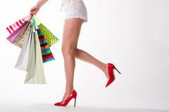 Dziewczyna w czerwień butach z torba na zakupy obrazy stock