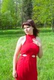 Dziewczyna w czerwieni i zielonej zielonej trawie Obrazy Stock