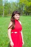 Dziewczyna w czerwieni i zielonej zielonej trawie Zdjęcie Royalty Free