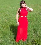 Dziewczyna w czerwieni i zielonej zielonej trawie Zdjęcia Royalty Free