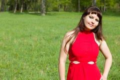 Dziewczyna w czerwieni i zielonej zielonej trawie Obraz Stock