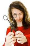 Dziewczyna w czerwieni smokingowej robi zabawie z rocznik?w no?ycami - patrzej?cy zdjęcie stock