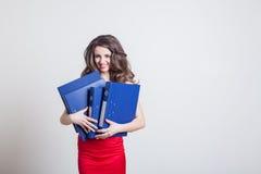 Dziewczyna w czerwieni sukni kierowniku z falcówkami obraz stock
