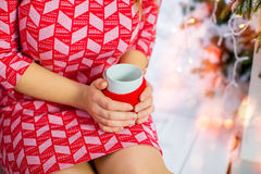 Dziewczyna w czerwieni sukni trzyma filiżankę kawy, zbliżenie Obraz Stock