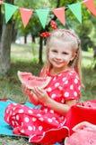 Dziewczyna w czerwieni z arbuzem na pinkinie Fotografia Royalty Free
