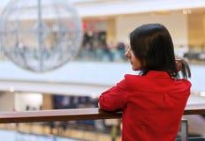 Dziewczyna w czerwonej koszula przy centrum handlowym Fotografia Royalty Free