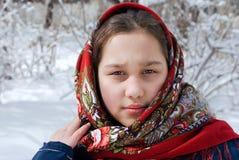 Dziewczyna w czerwonych chustach przeciw tłu zimy landscap Fotografia Stock