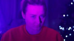 Dziewczyna w czerwonych koszulek spojrzeniach w kamerę zbiory wideo