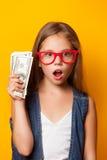 Dziewczyna w czerwonych szkłach z pieniądze fotografia stock
