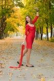 Dziewczyna w czerwonym tanu w jesień nastroju Fotografia Stock