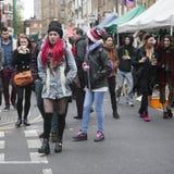 Dziewczyna w czerwonym włosy ubierał w chłodno londyńczyka stylu odprowadzeniu w Ceglanym pasie ruchu, ulica popularna wśród młod Obrazy Royalty Free