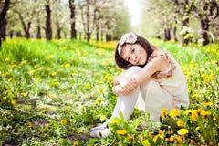 Dziewczyna w dandelion kwiatach Zdjęcia Royalty Free