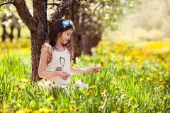 Dziewczyna w dandelion kwiatach zdjęcie stock