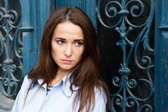 Dziewczyna w depresji na błękitnym tle zdjęcie stock