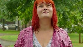 Dziewczyna w deszczu z mokrym włosy zbiory wideo