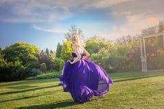 Dziewczyna w dmuchanie sukni Outdoors zdjęcie stock
