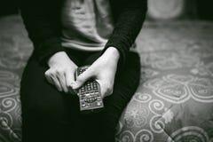 Dziewczyna w domowym środowisku, trzyma TV daleki Obrazy Royalty Free